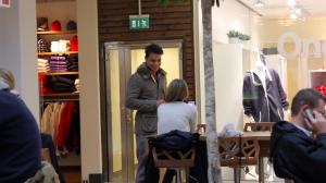 Carl flörtar med en tjej på ett Café
